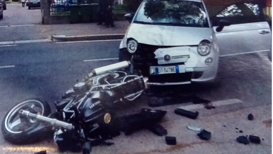SEREGNO- RAGAZZA TAGLIA LA STRADA E INVESTE UN MOTOCICLISTA