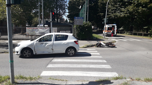 SEREGNO – INCIDENTE : MOTO SORPASSA E CENTRA AUTO CHE SVOLTA