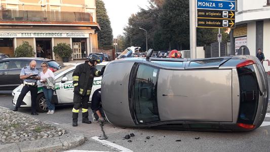 SEREGNO- INCIDENTI : AUTO RIBALTATA, MOTO A TERRA
