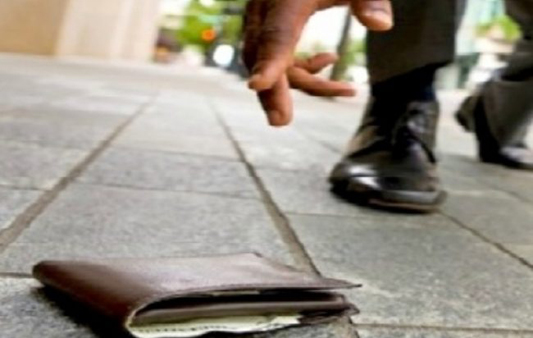 PADERNO – TROVA UN PORTAFOGLI CON 500 EURO E LO RESTITUISCE