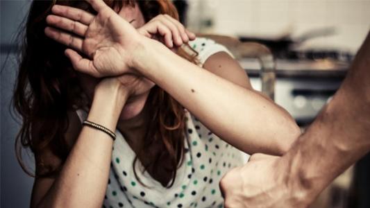 SEREGNO – TENTA DI STRANGOLARE LA MOGLIE: MARITO VIOLENTO ARRESTATO