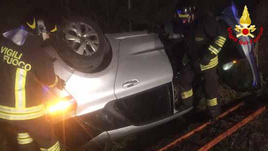 ARCORE – GIOVANE PERDE IL CONTROLLO DELL'AUTO E SI RIBALTA IN UN CAMPO