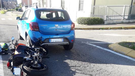 SEREGNO – MOTO TAMPONA AUTO E IL TRAFFICO DI VIA VALASSINA VA IN TILT