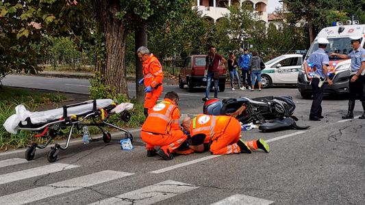 SEREGNO – AUTO TAGLIA LA STRADA A SCOOTER E IL CENTAURO FINISCE IN OSPEDALE