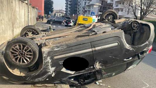 MONZA – INCIDENTE : AUTO CONTRO AUTO. UNA FINISCE CON LE RUOTE AL CIELO
