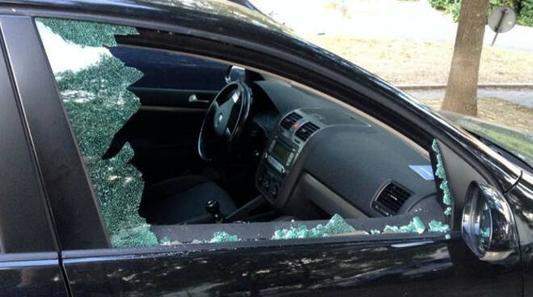 MUGGIO' – RAGAZZINI DEVASTANO AUTO IN SOSTA: SCATTA LA DENUNCIA