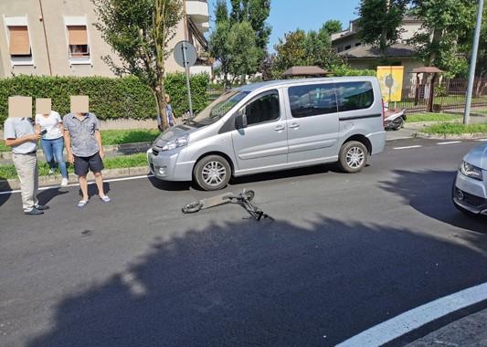 SEREGNO- INCIDENTE: MONOPATTINO CONTRO AUTO. GIOVANE FINISCE IN OSPEDALE